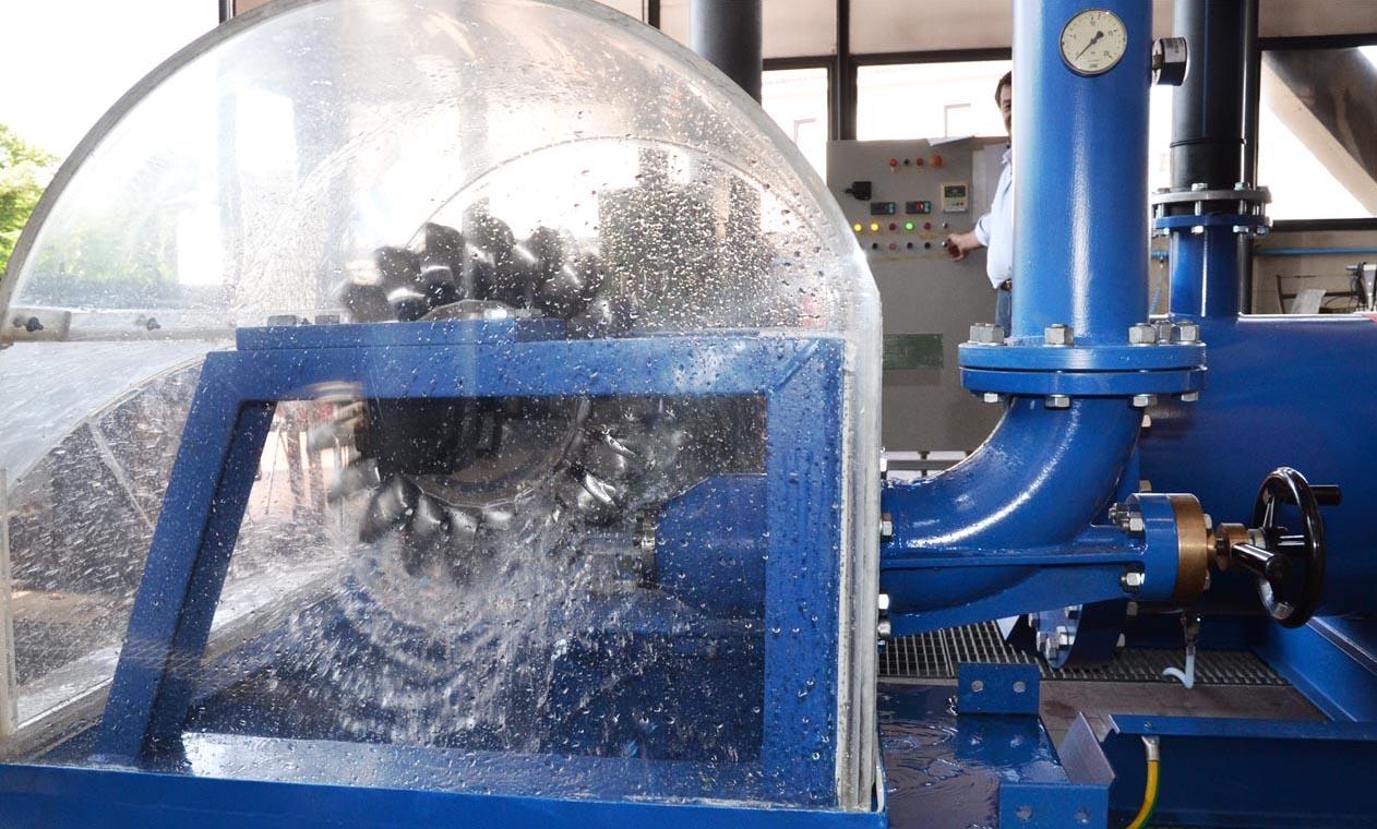 Modello in scala di turbina Pelton installato presso l'università di Padova per l'esecuzione di prove di funzionamento a giri variabili